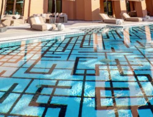 Una piscina llena de detalles para los apartamentos de lujo Paramount en Qatar